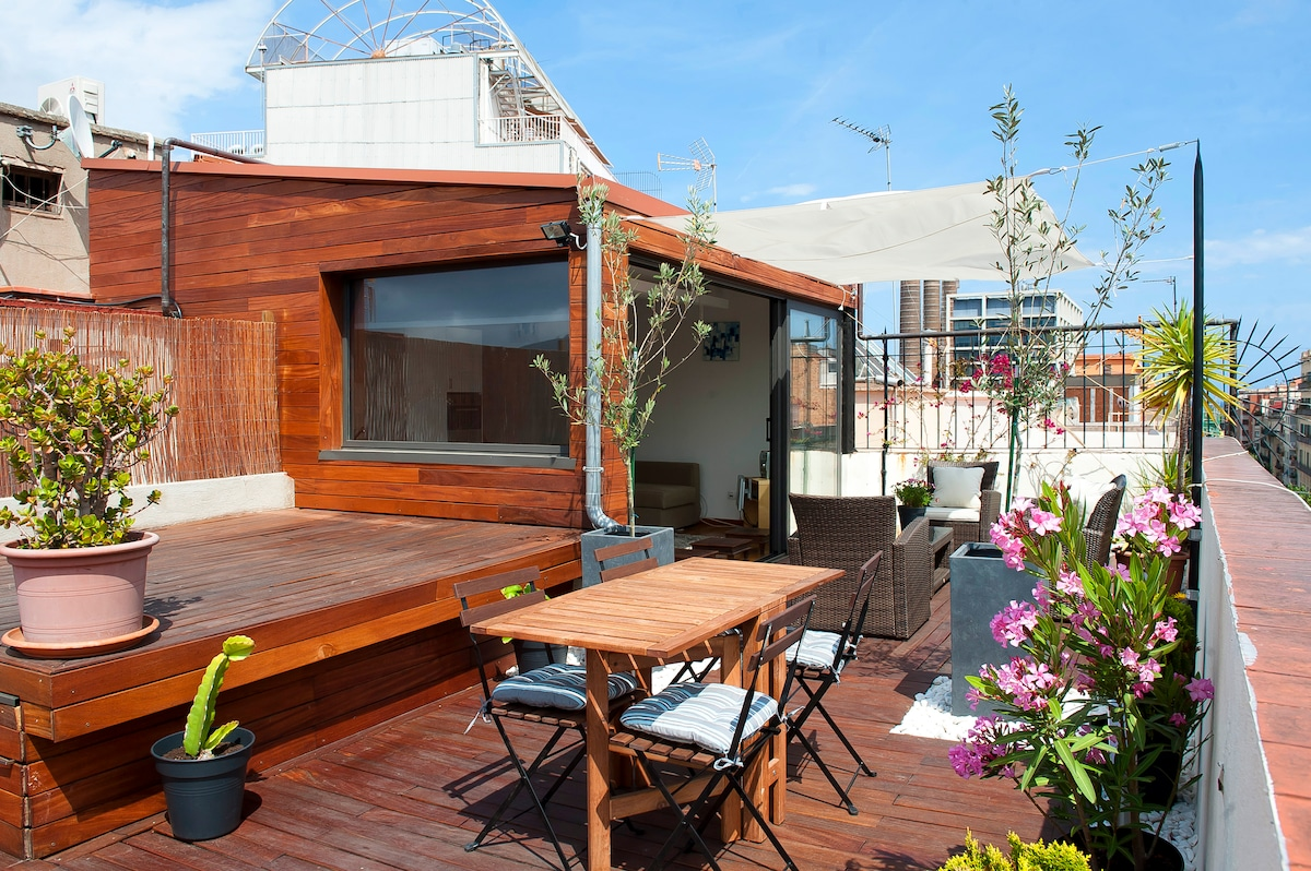 Full private access to a huge 60 m2 terrace, which has outdoor furniture. Spectacular city views!