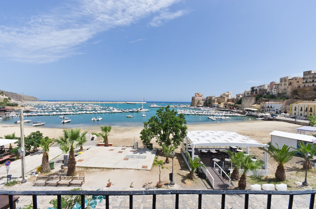 CHARMING SEAFRONT APARTMENT