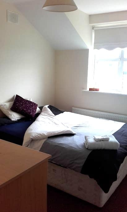 Self Catering Double Room 5 min to Ennis Town. - Ennis - Casa