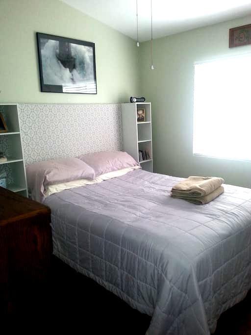 Private Bedroom and Bathroom - เปโอเรีย