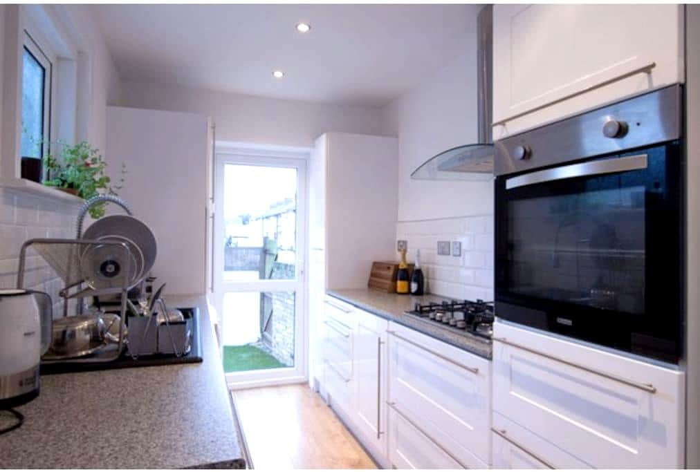 Very Large 4 Bed House Free Parking - Margate - Dom