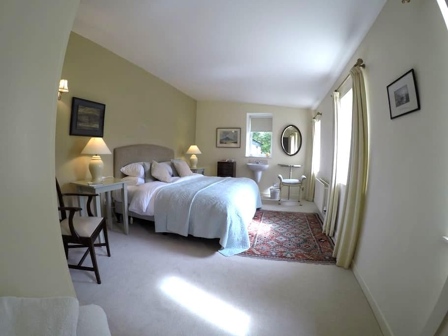 Lovely spacious bedroom and a 'superb' breakfast. - Clifden - House