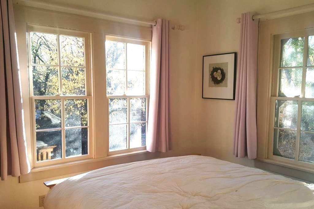 The Fertile Crescent: Plum Room - Paonia - Huis