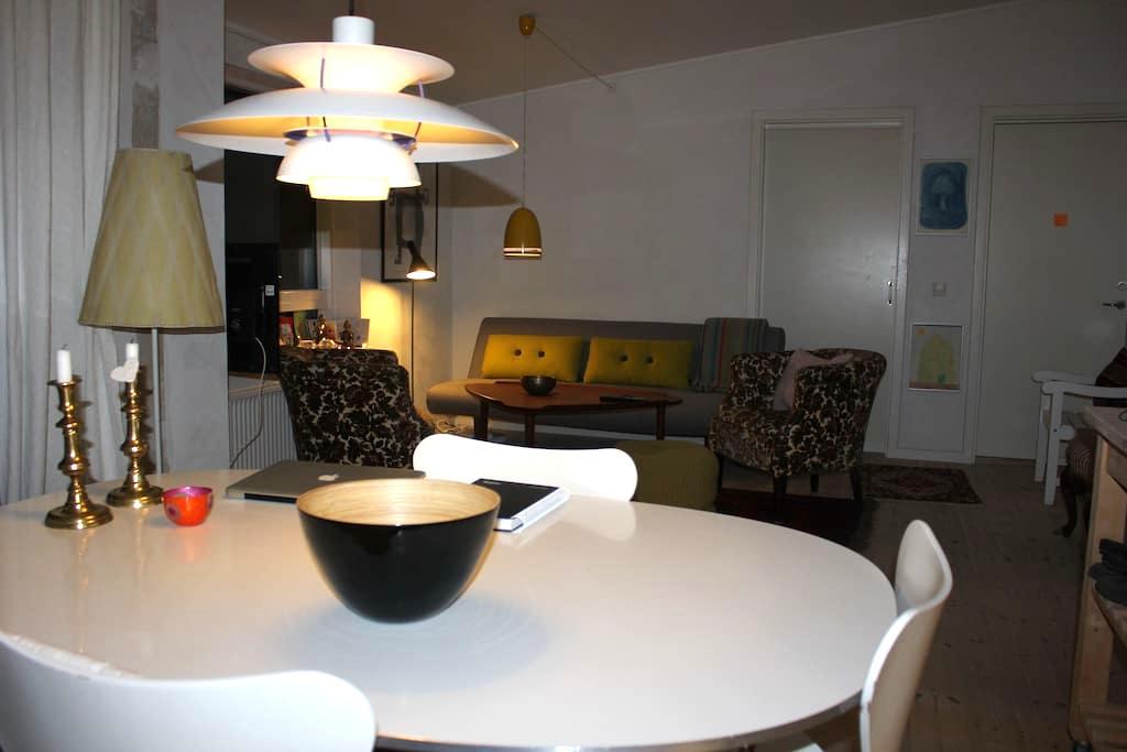 Lyst værelse med dobbeltseng, tæt på Århus, - Hjortshøj