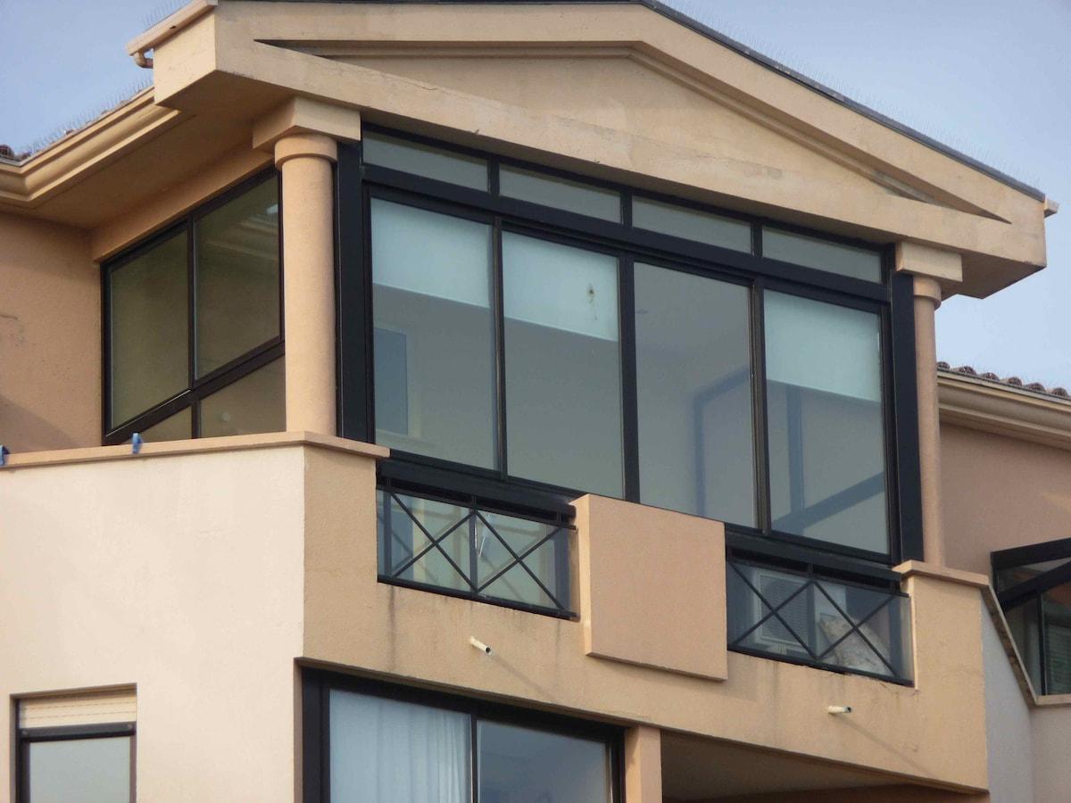 Détail de façade de l'appartement en dernier étage