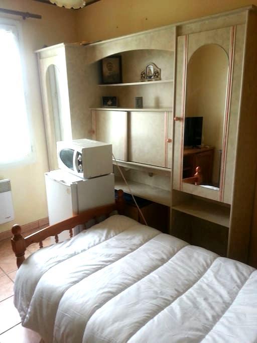 Chambre claire et soft meublee et equipee - Trouy - Appartement