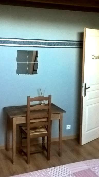 chambre privée avec mezzanine dans village calme - Villemer - Casa