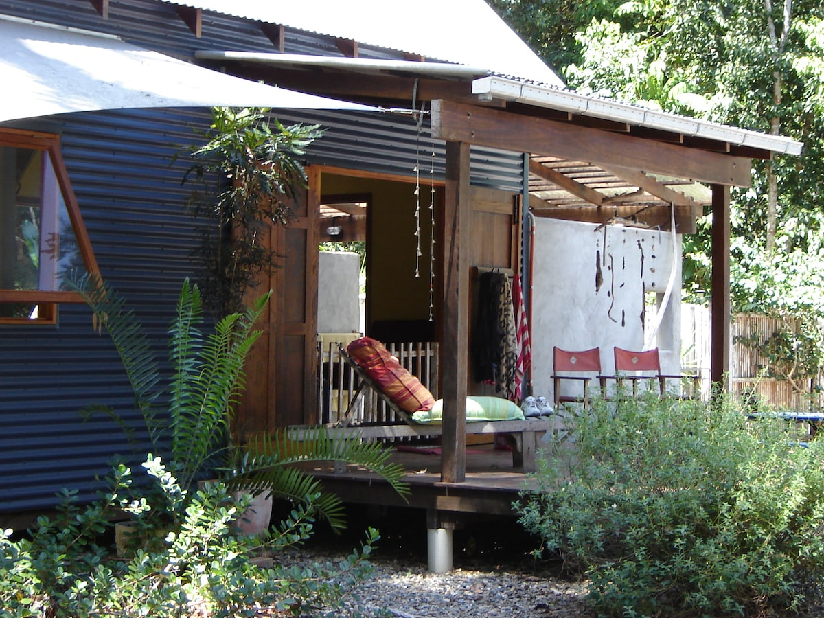 Moo Bay Muse - the rainforest cottage where time stands still