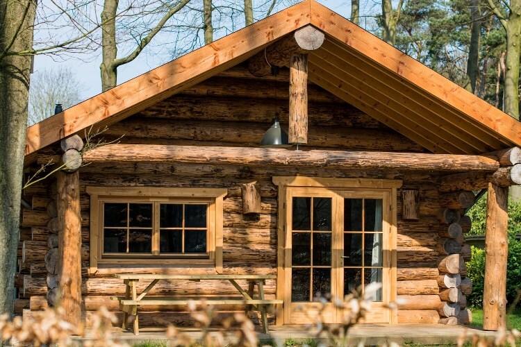 Natuurlijke houten rondstam hut
