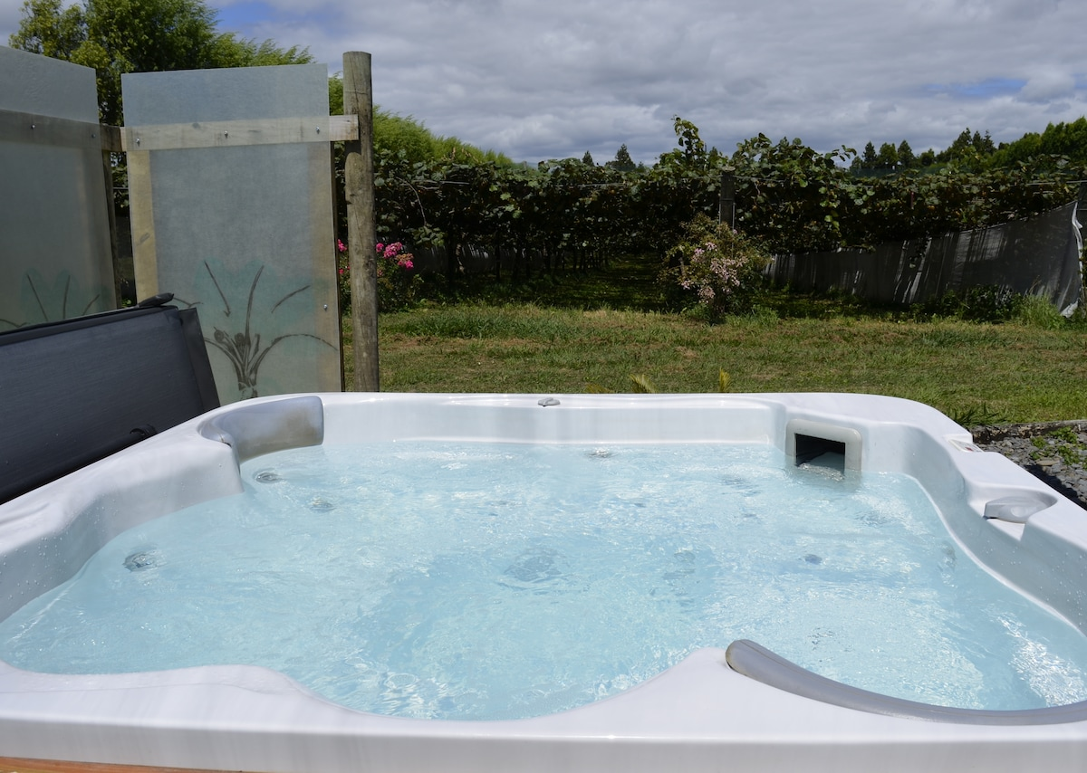 Private Spa, relax under the stars and the vines after a bush walk or the beach