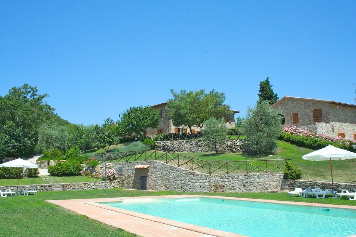 In Umbria con piscina appartamento