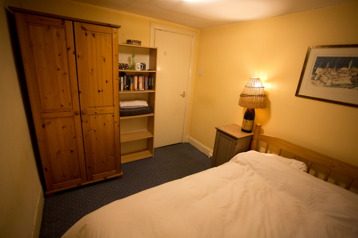 Small Double Room Near Everything!