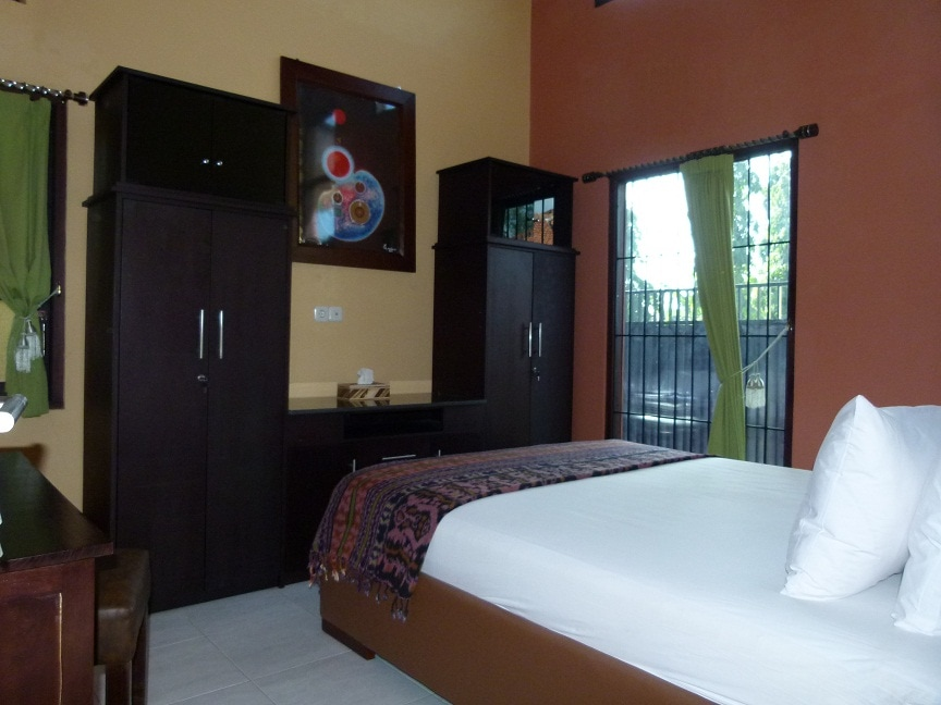 Master bedroom - king size bed and aircon