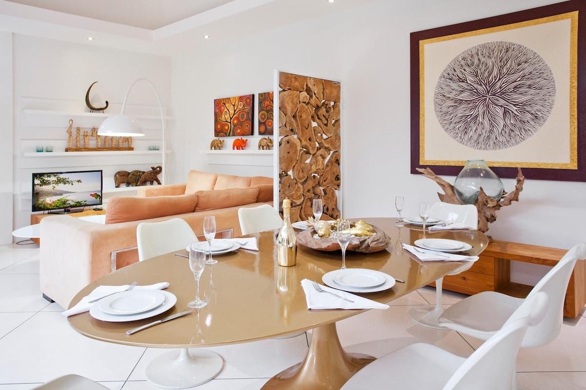 Обеденная зона и мягкая зона / Dining area and Entertainment area