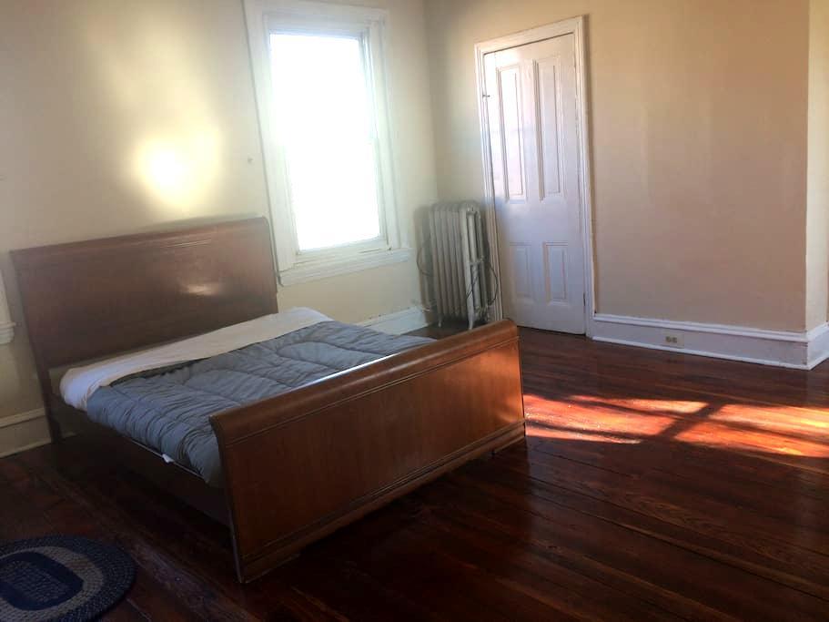 Large, bright room, has wood floors - Filadelfia - Dom