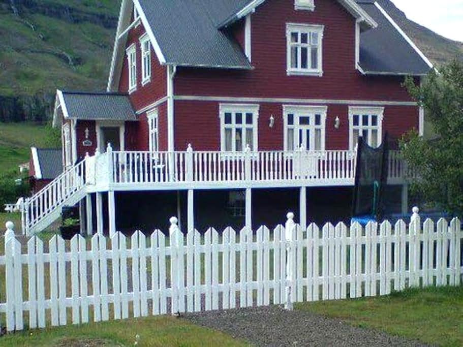 Charming Double Room with Breakfast included - Seyðisfjörður - Casa