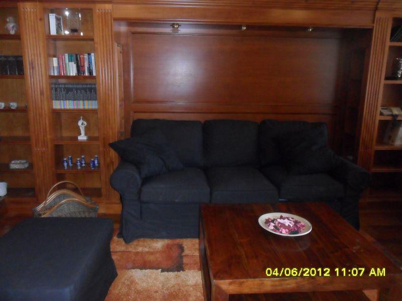 Amplio sofá de 3 plazas y puff. // Big three seats sofa and puff