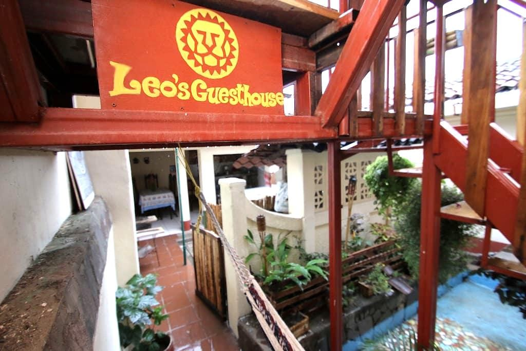 Leo Guesthouse Double Room - Granada - Hus