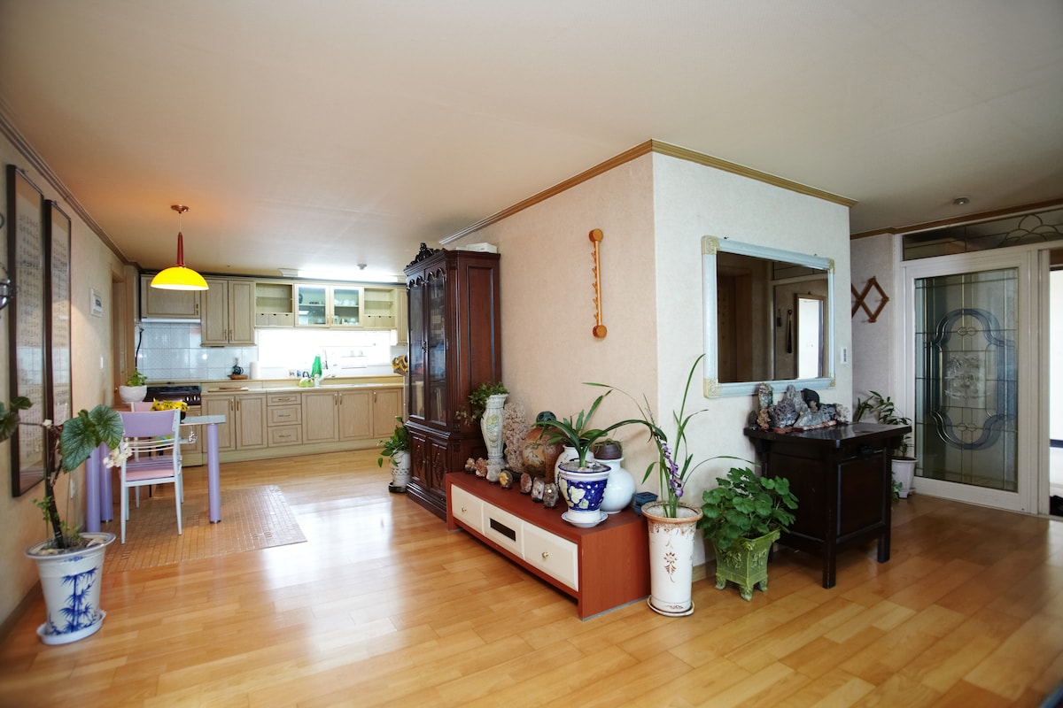 Room with priv bathroom nr station