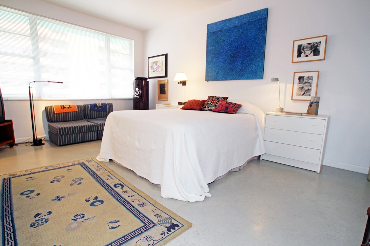 Guest room with queen bed and private bath TV and Wifi