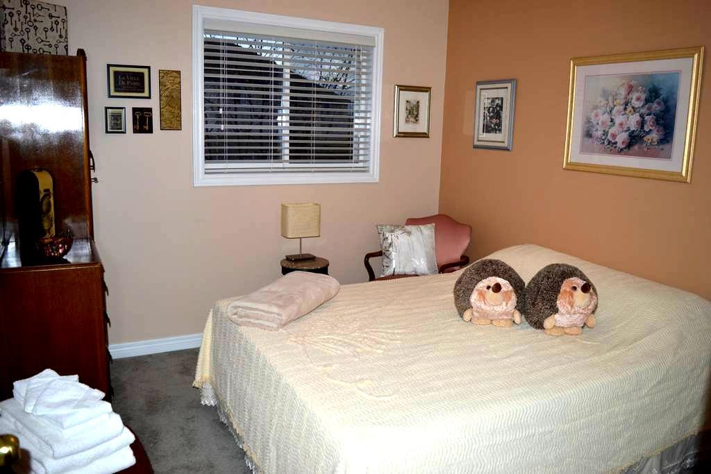 1-Night Stays Welcome! - Private Room w. Queen Bed - 伯靈頓(Burlington)