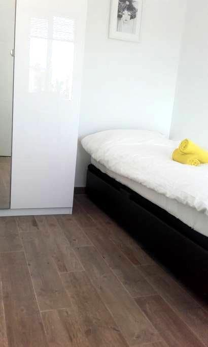 Room next to Airport - Malaga - Appartamento