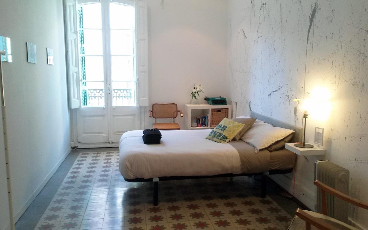 Huge Arty Room Near Plaza Catalunya
