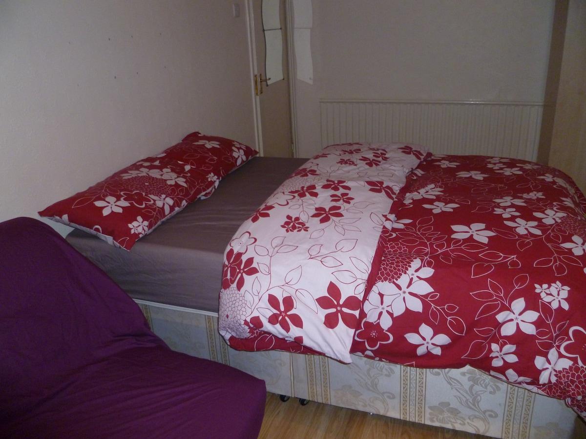 LONDON GRANGE'S ROOM, SLEEPS 2-4.