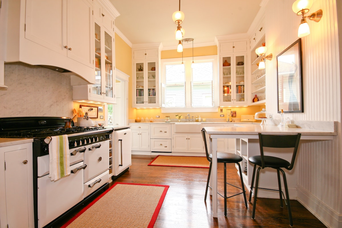 Modern Kitchen with access to pantry goods, snacks and fridge items.  If you wish to cook then you may