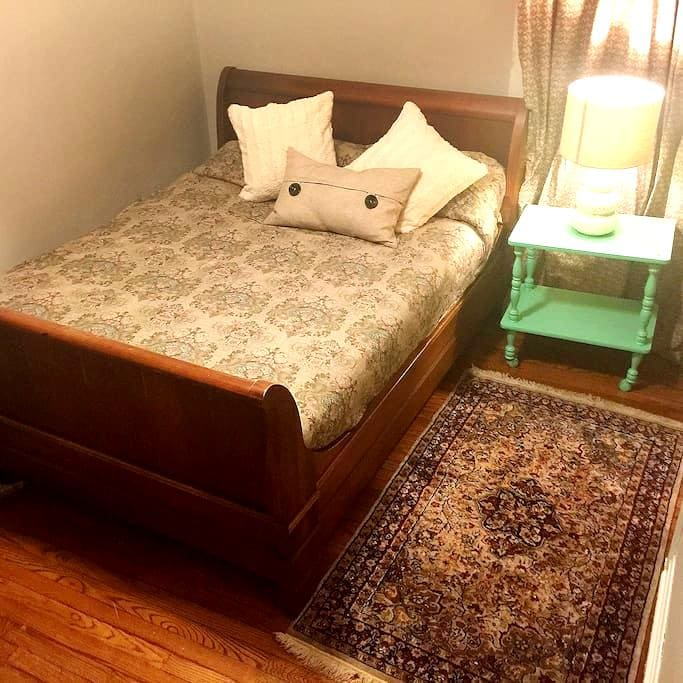Sleigh bed and desk near SIUC law - Carbondale - Rumah