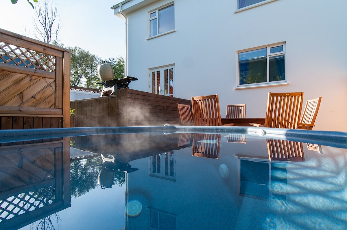 Relax in the hot tub and enjoy the midnightsun!