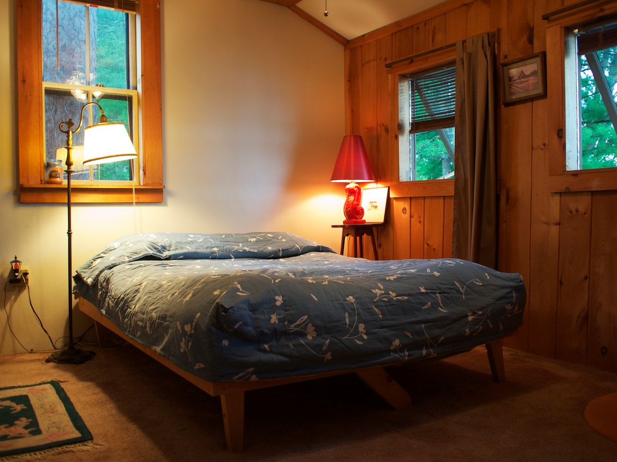 Upstairs Bedroom Overlooking the Lake now includes twin bed too
