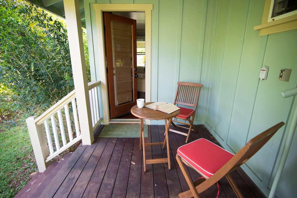 Private entrance & lanai (balcony)