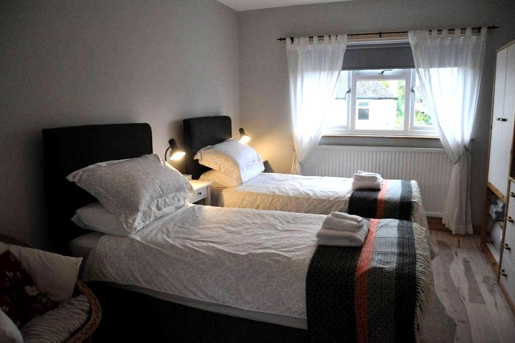 The Old Music Studio ensuite twin/double bedroom - Witney
