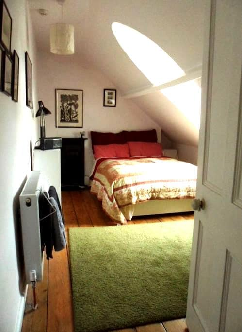 BS6, attic room & breakfast,  near Gloucester Rd - Brístol - Bed & Breakfast