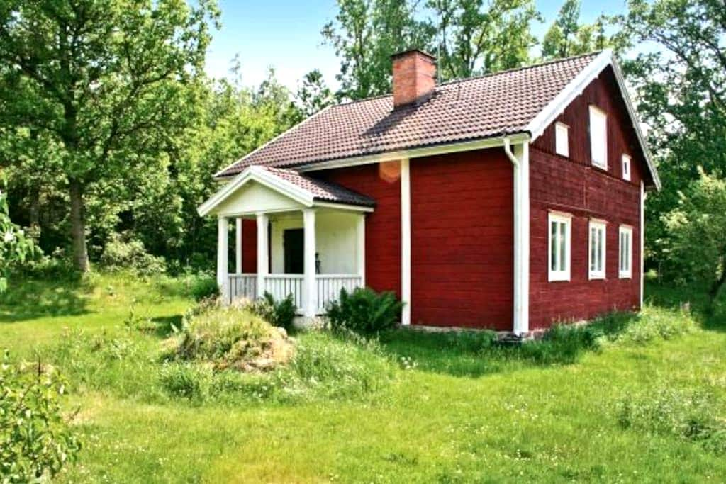 Charming cottage at Målilla elkpark - Målilla - Ev