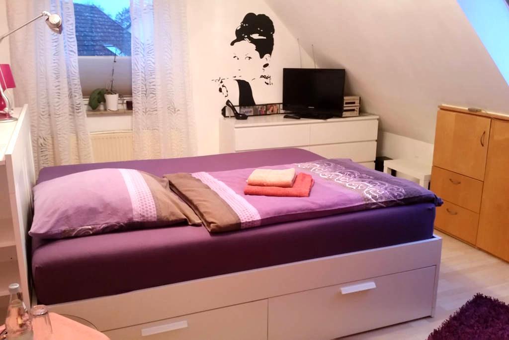 1, 2 oder 3 Zimmer für bis 4 Personen-2 EZ, 1 DZ - Isernhagen - Bed & Breakfast