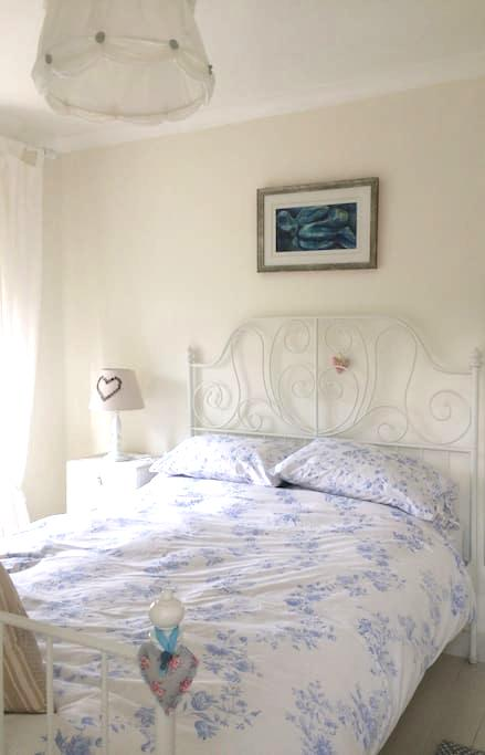 Double bedroom in Somerset character cottage. - Stoke Saint Michael - Ház