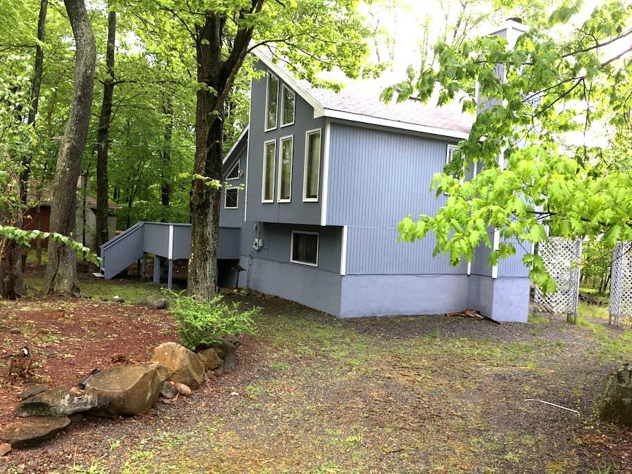 Lakefront Contemporary Poconos House - Tobyhanna