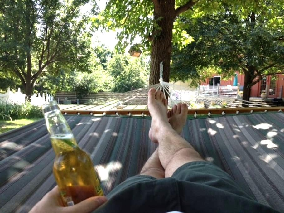 Vibrant Oasis in Suburbia - Olathe - บ้าน