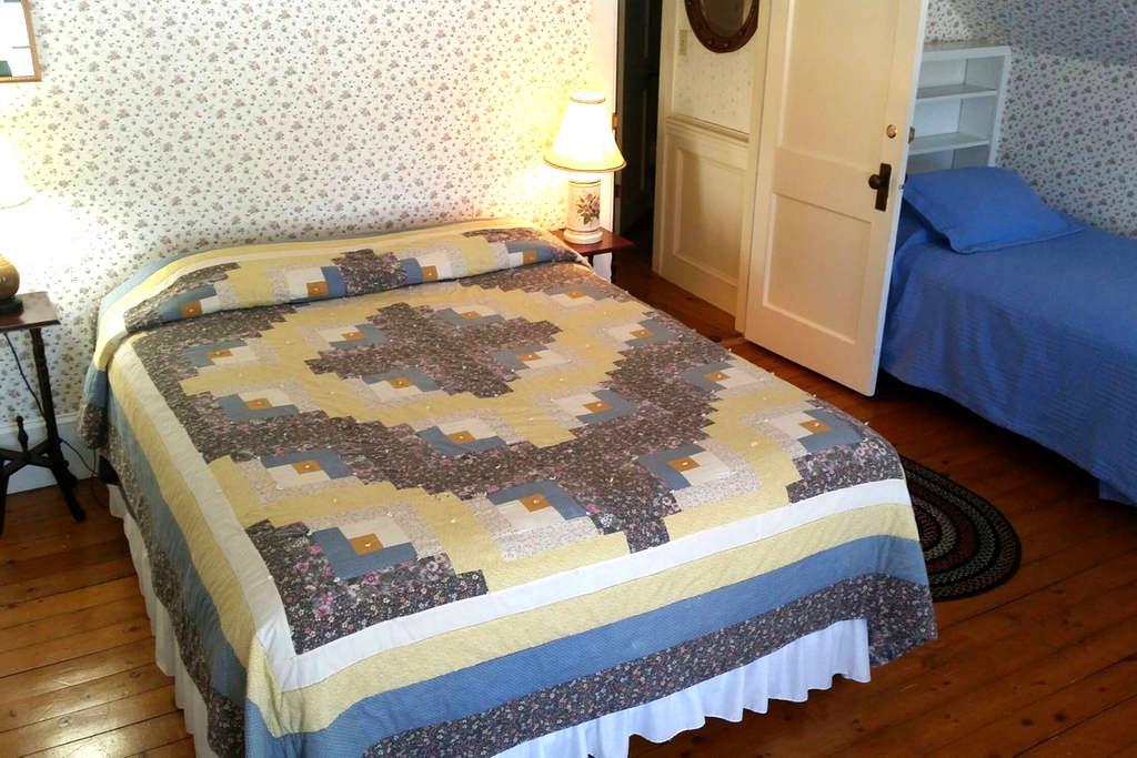 Hawks House Inn Room 11, 2 beds, sleeps 3 - Walpole