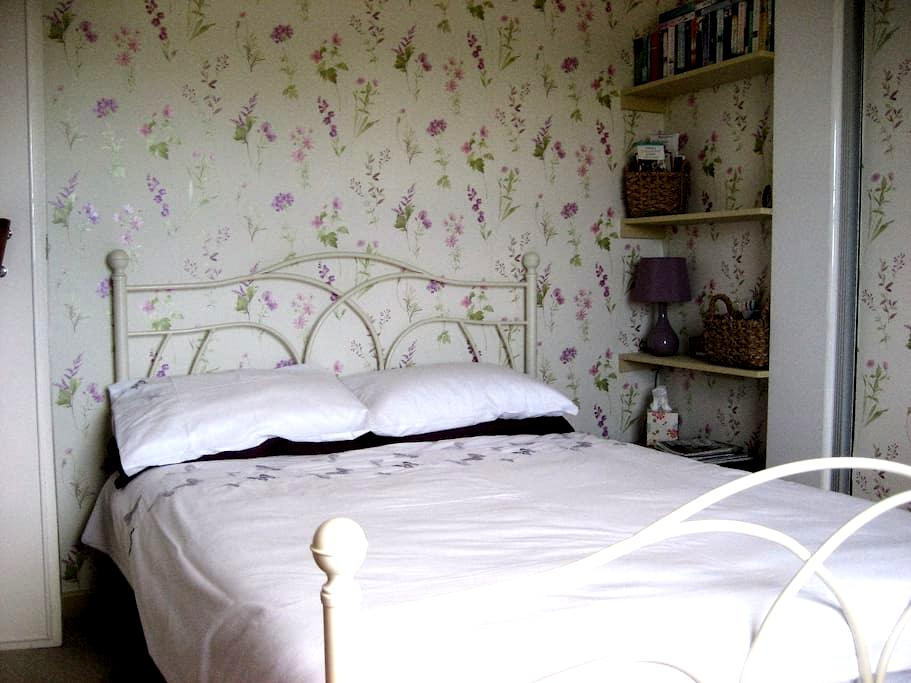 YORK Pretty bedroom in riverside country village - York