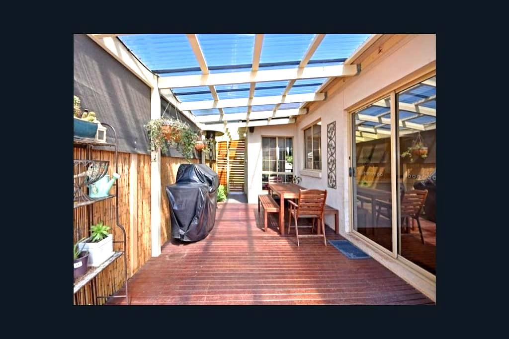Beautifully kept, 3 bedroom home - California Gully - Casa