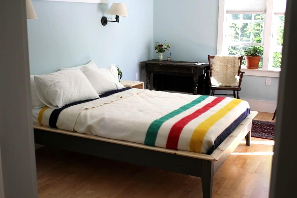 Private Room Walking Distance to Downtown Camden - Camden - House