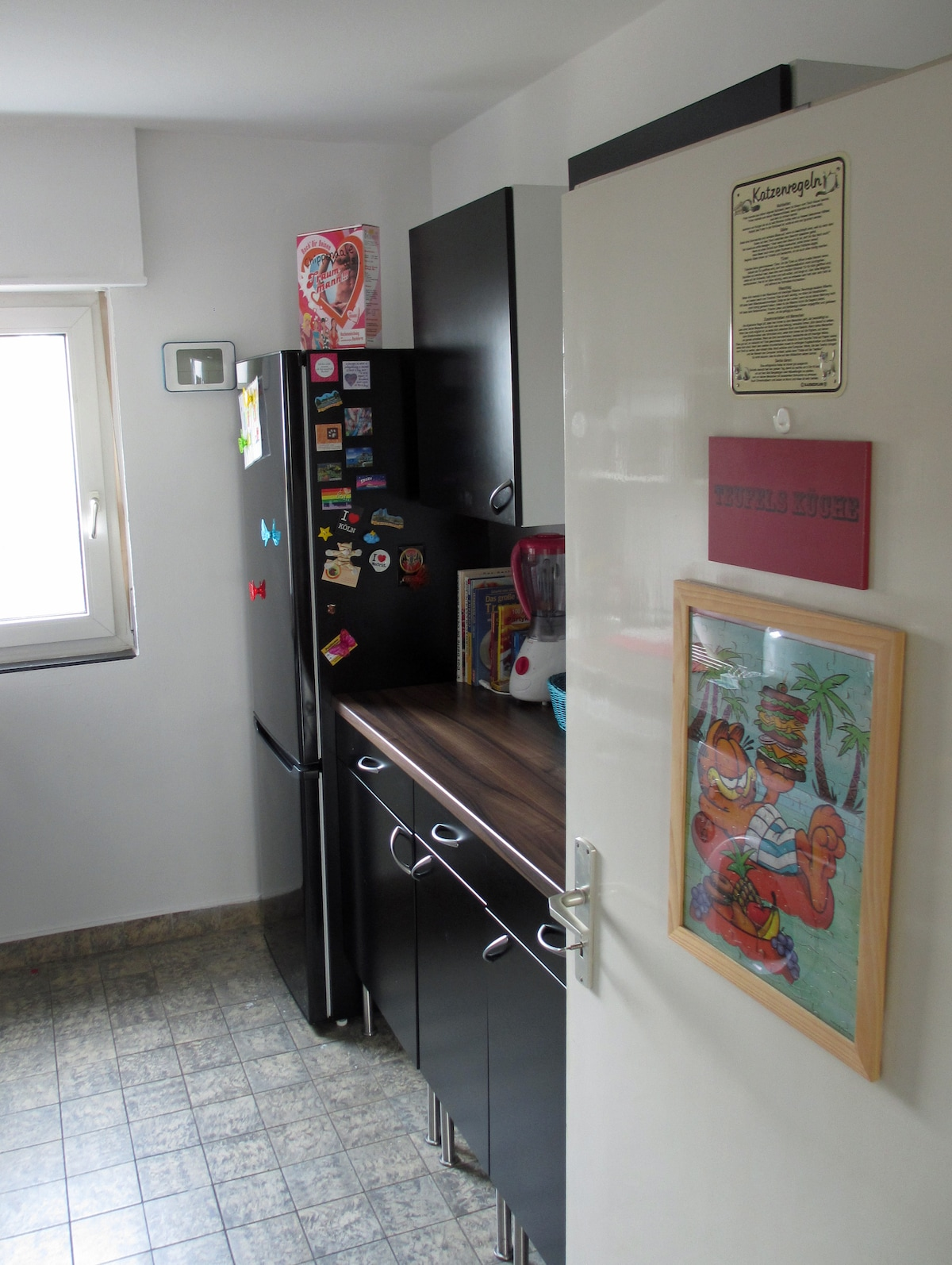 Küche mit Kühlschrank, Gefrierschrank, Mixer und Mikrowelle (hinter der Tür). - Kitchen with fridge, freezer, blender and microwave (behind the door).
