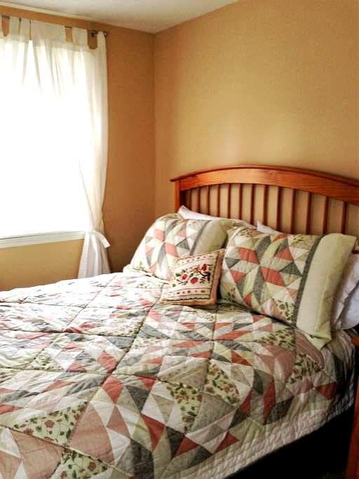 Sunny, pleasant bedroom - Yarmouth - Casa
