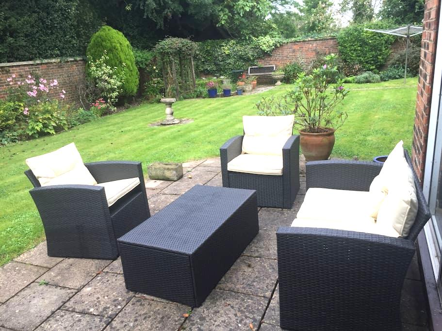 double bedroom and private bathroom - Chiseldon - Casa