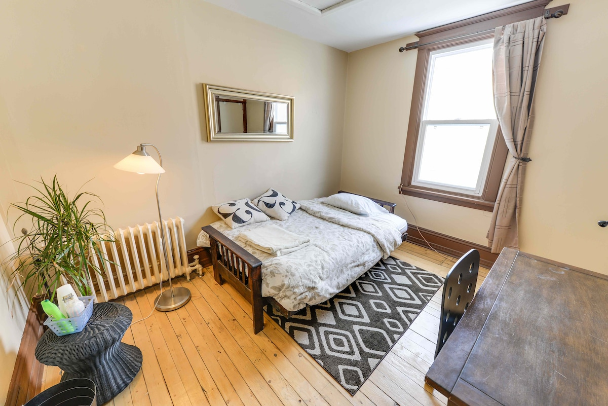 Big Room, Double Bed, Great Area!