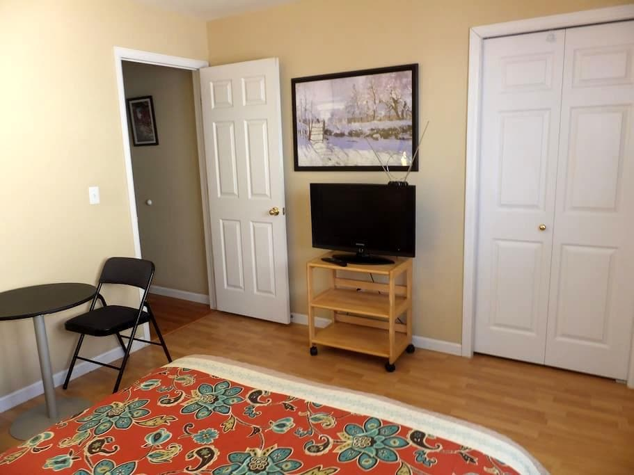 Private Bed & bath + TV in Boulder - Боулдер - Дом
