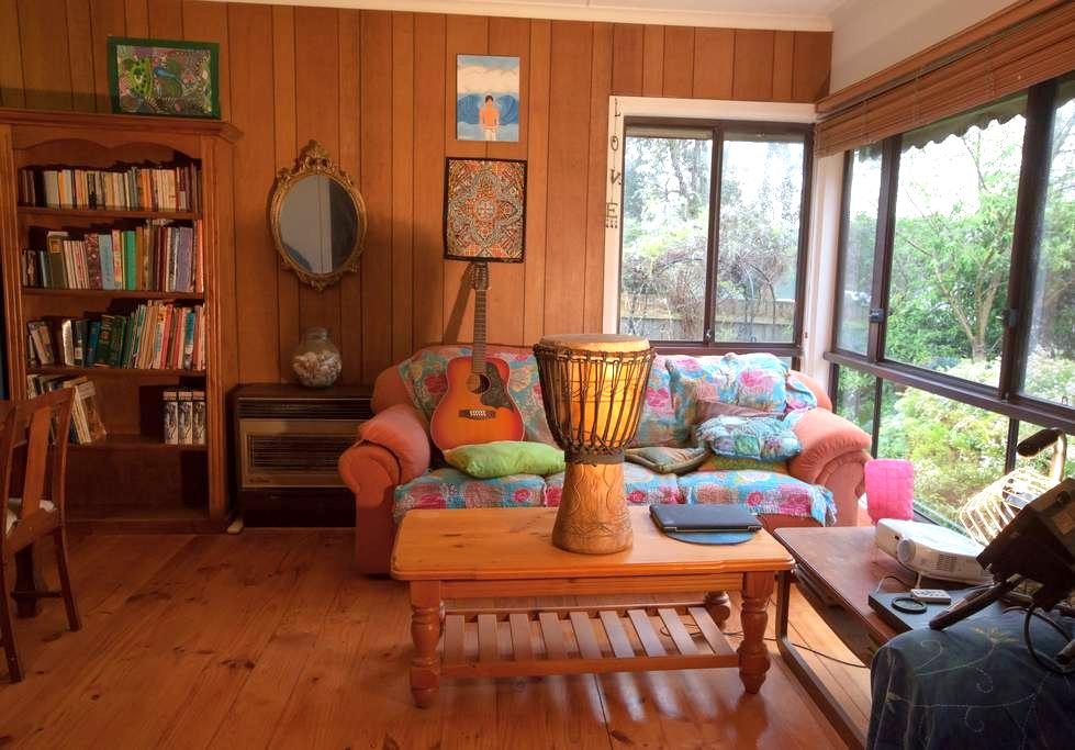 A quaint home with beautiful garden - Wimbledon Heights - House